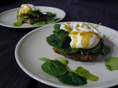Kanapka ze świeżym szpinakiem, jajkiem i sosem musztardowo-miodowym.