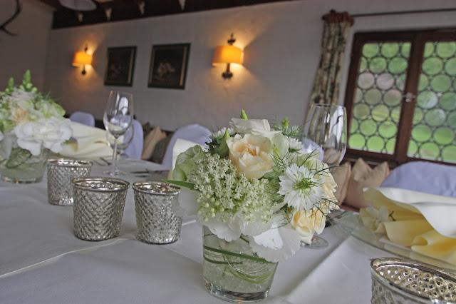 Tischdekoration in zarten Creme-Tönen mit Mercury Silver Kerzengläsern
