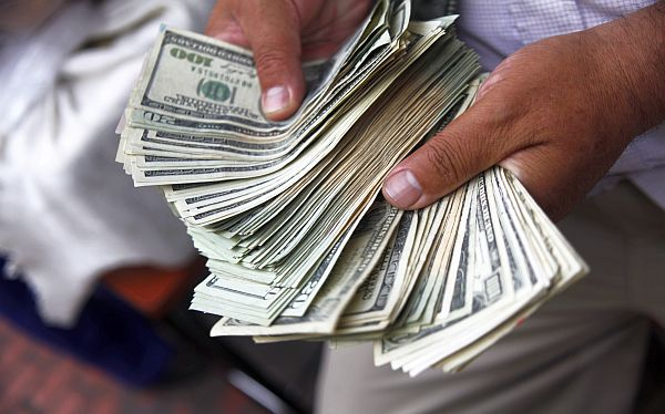 Dólar cae al valor mínimo desde hace 15 años pese a ayuda del BCR