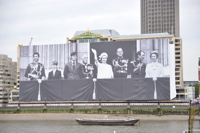 Queen+Jubilee+Thames+Pageant+giant+Royal+Family+photo