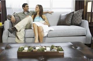 Donna sesso 3 coppie su 4 preferiscono il divano al letto - Coppia di amatori che scopano sul divano ...