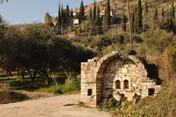"""Η Ιστορικη Βρυση """"Καμαρι"""" στην είσοδο του Μοναστηριού της Ζουρτσας"""