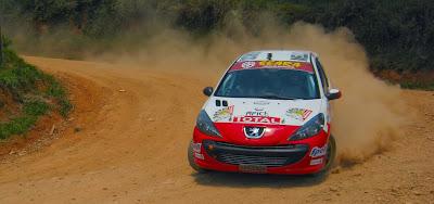 Depois de obtermos imagens de carros entrando e saindo da curva, precisávamos registrar também um carro contornando o miolo da mesma. Mais um Peugeot para a nossa recente coleção de fotografias de rally.
