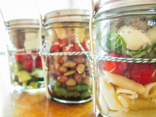Saladas orgânicas em potes de vidro são vendidas em maquina