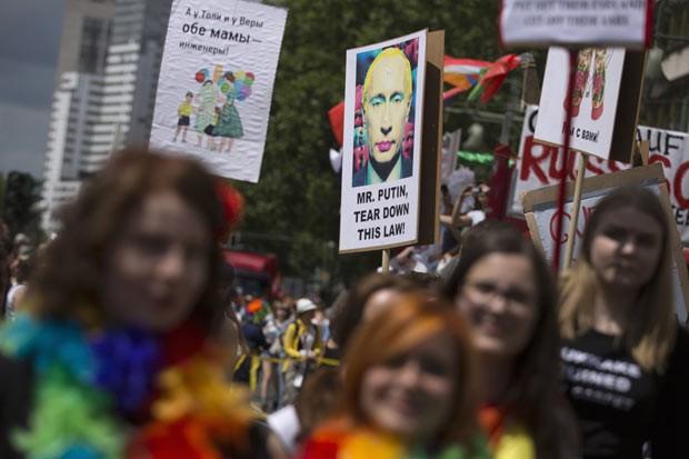 Manifestantes protestam em Berlim contra as políticas russas para lésbicas, gays, bissexuasi, travestis e transexuais, nesta quarta-feira (26), em Berlim, na Alemanha (Foto: AFP)