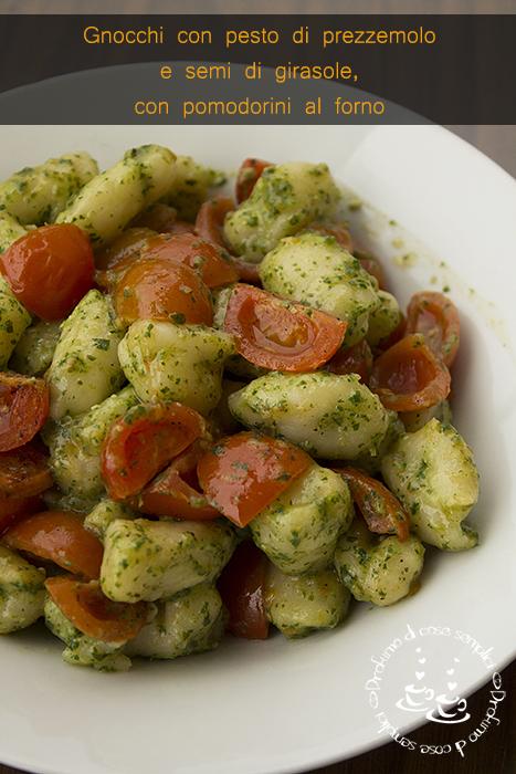 gnocchi al pesto di prezzemolo e semi di girasole, con pomodorini al forno {veg ricetta}