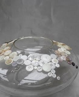 http://conideade.com/blog/decorar-un-recipiente-de-cristal-con-botones/1161
