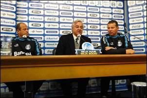 Crítica Futebol. Grêmio contrata Celso Roth.