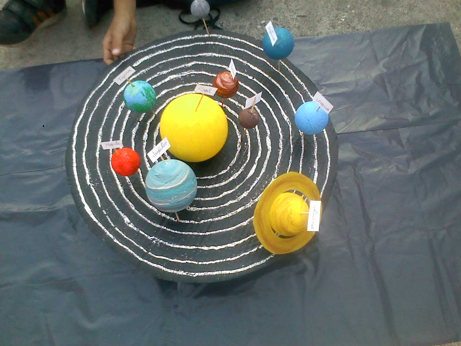 Esta maqueta esta hecha de cartón, bolas de animes para los planetas