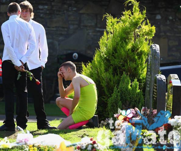 φορώντας φόρεμα Συγκλονιστικό λαχανί κηδεία