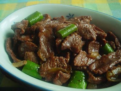 CARA MEMBUAT;      - daging has dalam dipotong-poptong, bubuhi dengan garam, vetsin dan tepung maizena     - panaskan minyak goreng, masukkan potongan daging sapi selama 3 menit