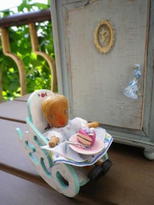 piccola bambola antica in legno