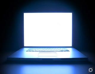 laptop menyala gelap