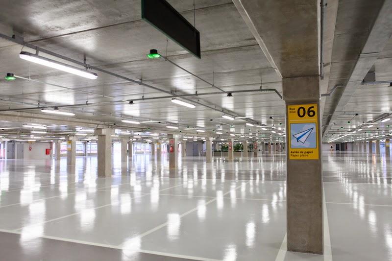 Área de restituição de bagagem conta com sete grandes carrosséis com esteiras inclinadas, distribuídos num amplo salão