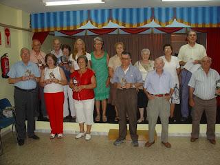 foto de familia direccion y socios del hogar de mayores
