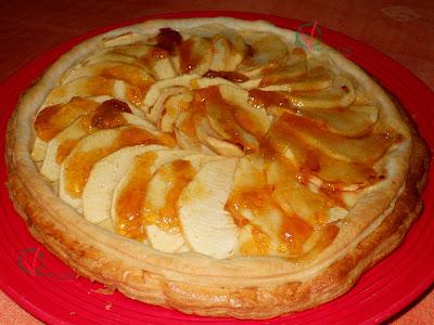 Tarta de manzana con base de hojaldre.