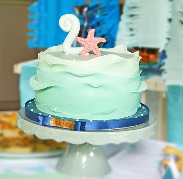 torta a onde di cake design sfumata nei toni del mare