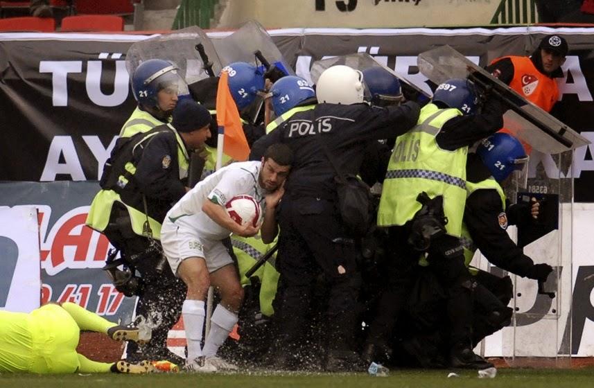 smešna slika: jedinica specijalne policije štite fudbalera
