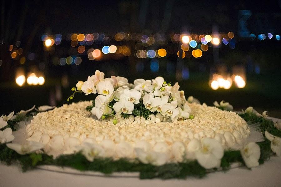 Torta nuziale mimosa con orchidee bianche