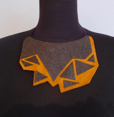 collar de tela pardo y mostaza ojuilla
