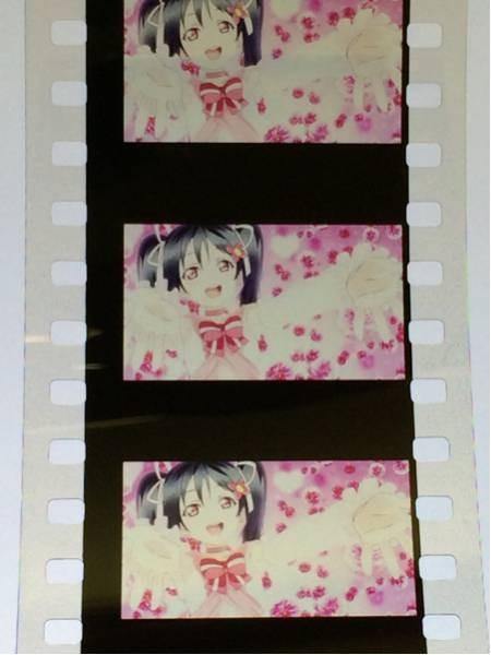 Trzy klatki na taśmie filmowej z filmu anime Love Live!
