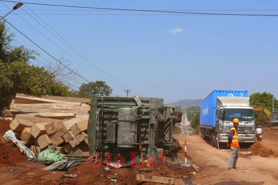 Gia Lai: Xe gỗ bị lật trên quốc lộ 14