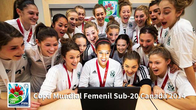 Chicas futbolistas frente a una computadora con cara de sorprendidas | Ximinia