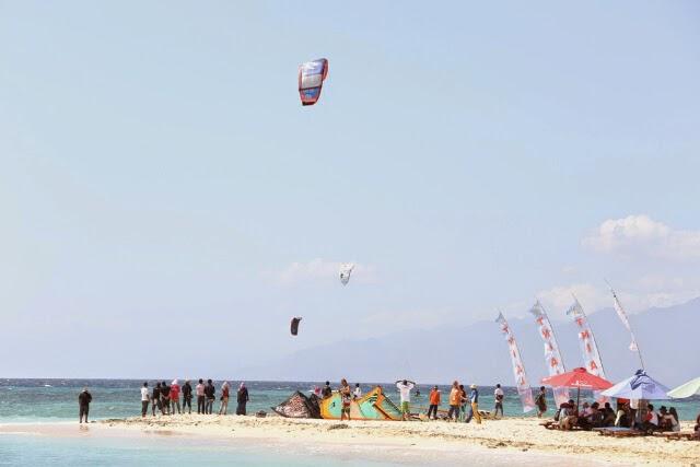 Lokasi Kitesurfing terbaik di Indonesia adalah Pulau Tabuhan, Banyuwangi.