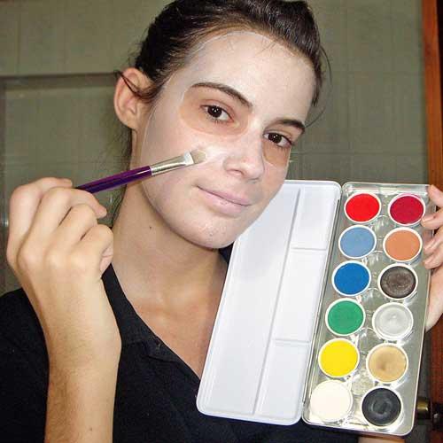 Monika sanchez de guapa al instante con pinturas para maquillaje de halloween