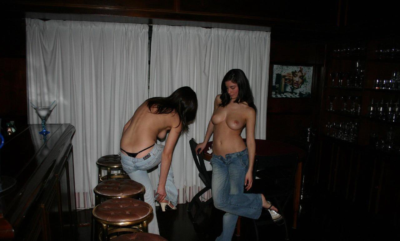goliy-striptiz-podruzhek-v-bare-foto
