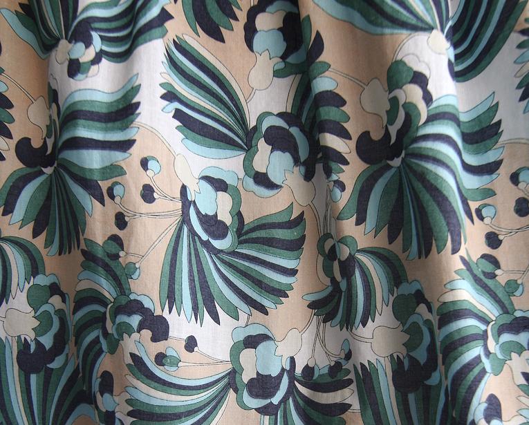fusta scurta model cu flori albastre si verzi