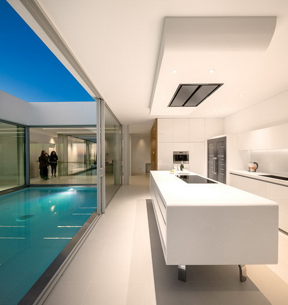 White kitchen in Modern Villa Escarpa by Mario Martins