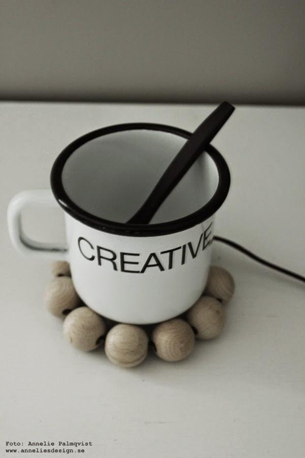 svartvit mugg, plåtmugg, plåtmuggar, vit mugg med svart text, träkulor, diy, inredningsblogg, blogg, bloggar, inredning, webbutik, webbutiker, webshop,