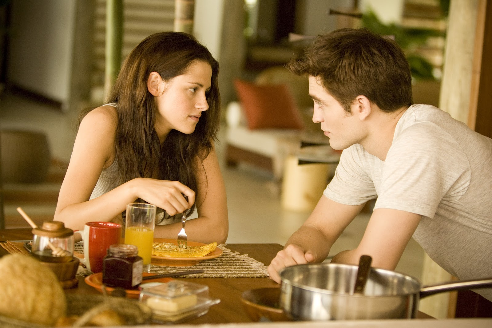 http://1.bp.blogspot.com/-oWFsdp271Zc/T7altOX06dI/AAAAAAAAENE/yTBeLMHqvck/s1600/the-twilight-saga-breaking-dawn-part-1-movie-image-kristen-stewart-robert-pattinson-03.jpeg