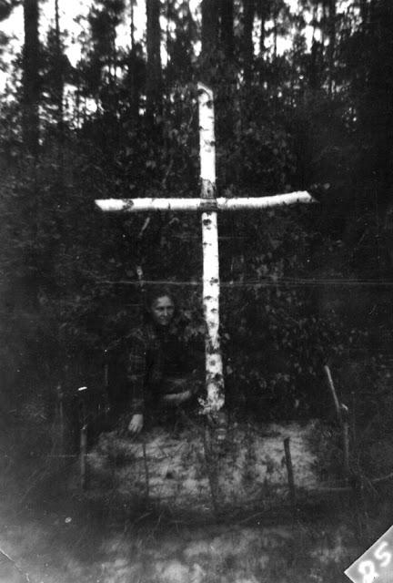 Las Karolinów, przy drodze z Końskich do Kazanowa, przydrożny brzozowy krzyż - mogiła żołnierza AK (?), przy grobie jego opiekunka Anna Kubiak. Fotografia ze zbiorów rodzinnych Anny Kubiak - udostępnił Paweł Kubiak.