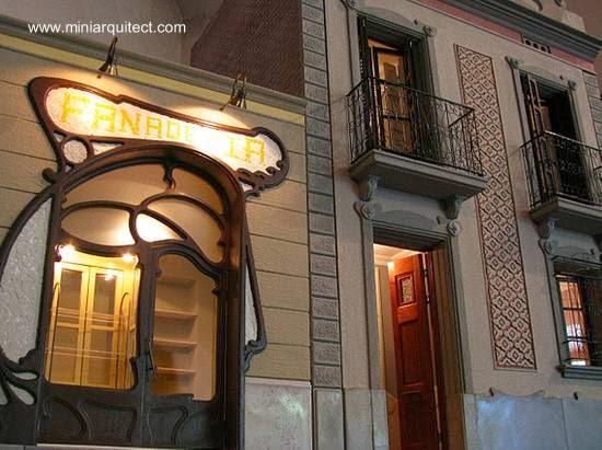 Fachadas de un escaparate y una casa residencial en miniatura