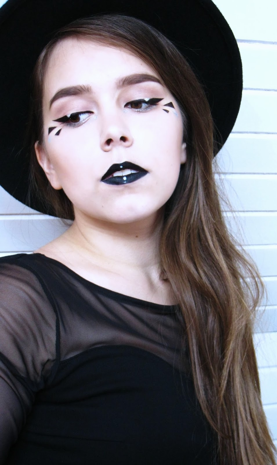 Graphic make-up, makijaż graficzny, black lips, czarne usta, h&m hat