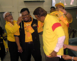 MENYARUNGKAN TSHIRT BERSIH 3.0 KEPADA TAN SRI KADIR SHEIKH FADZIR 27 APRIL 2012