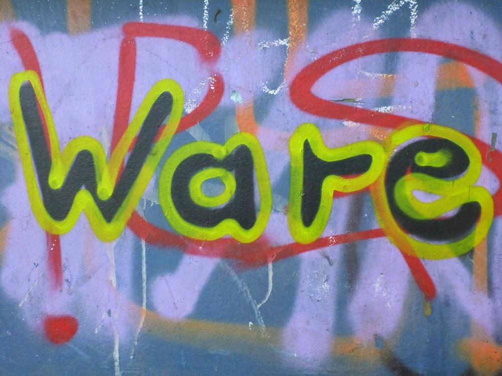 Das Wort WARE auf einen Sockel gesprayt