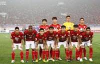 Guangzhou Evergrande players posing for the press. I don't know why the two players on the left are crouching.