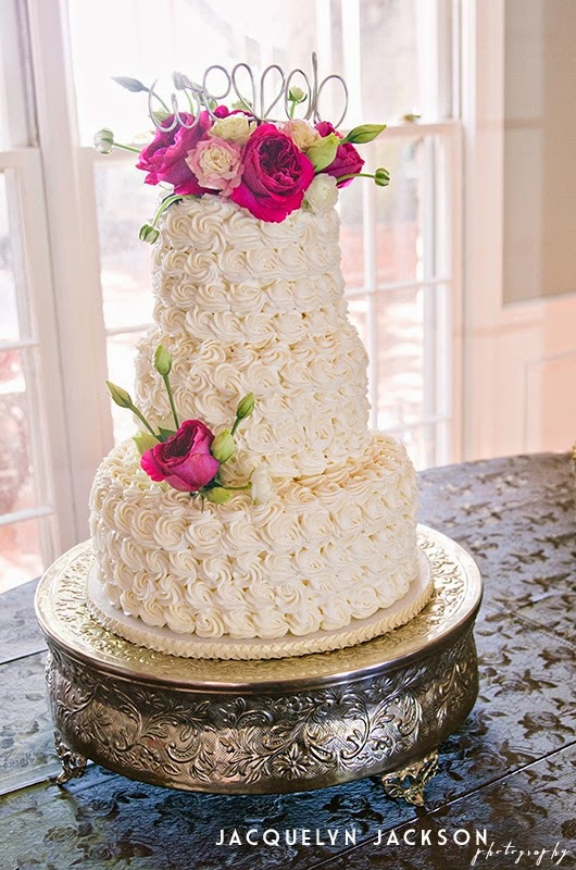 The Cake Created By Corner Bakery In Decatur Was Topped With A Variety Of Garden Roses Lisianthus And Ranunculus