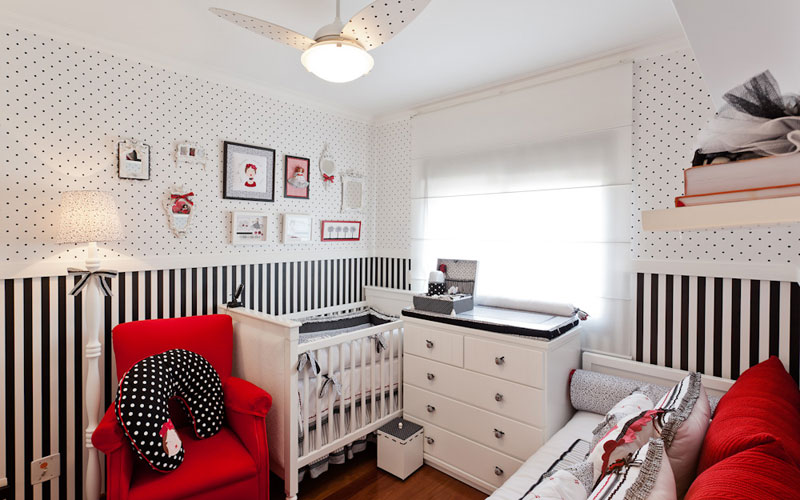 Decoração de quarto de bebê preto e vermelho