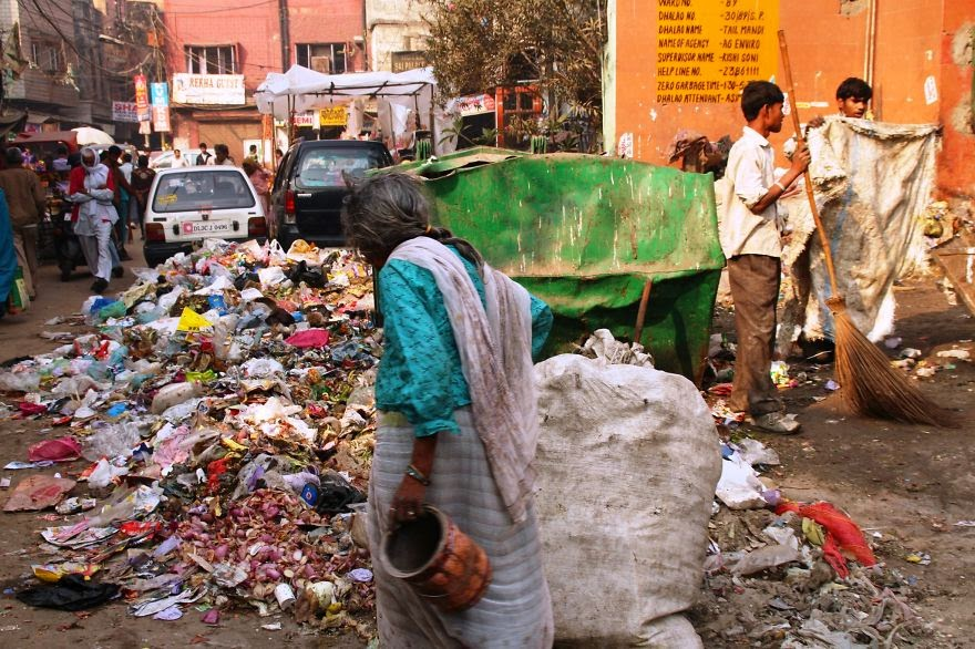 You Will Want To Recycle Everything After Seeing These Photos! - Open Dumping In The Streets Of New Delhi, India