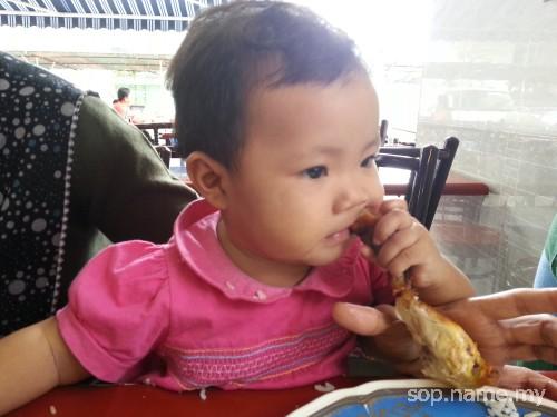 Baby Auni suka ayam goreng