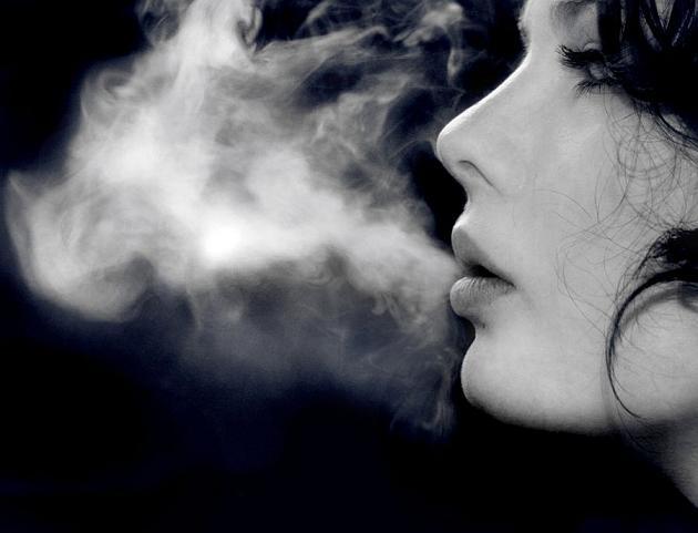 Formas estilosas de solar a fumaça do cigarro