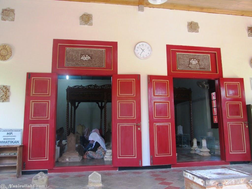 Bebebrapa penziarah di makam Sunan Mantingan