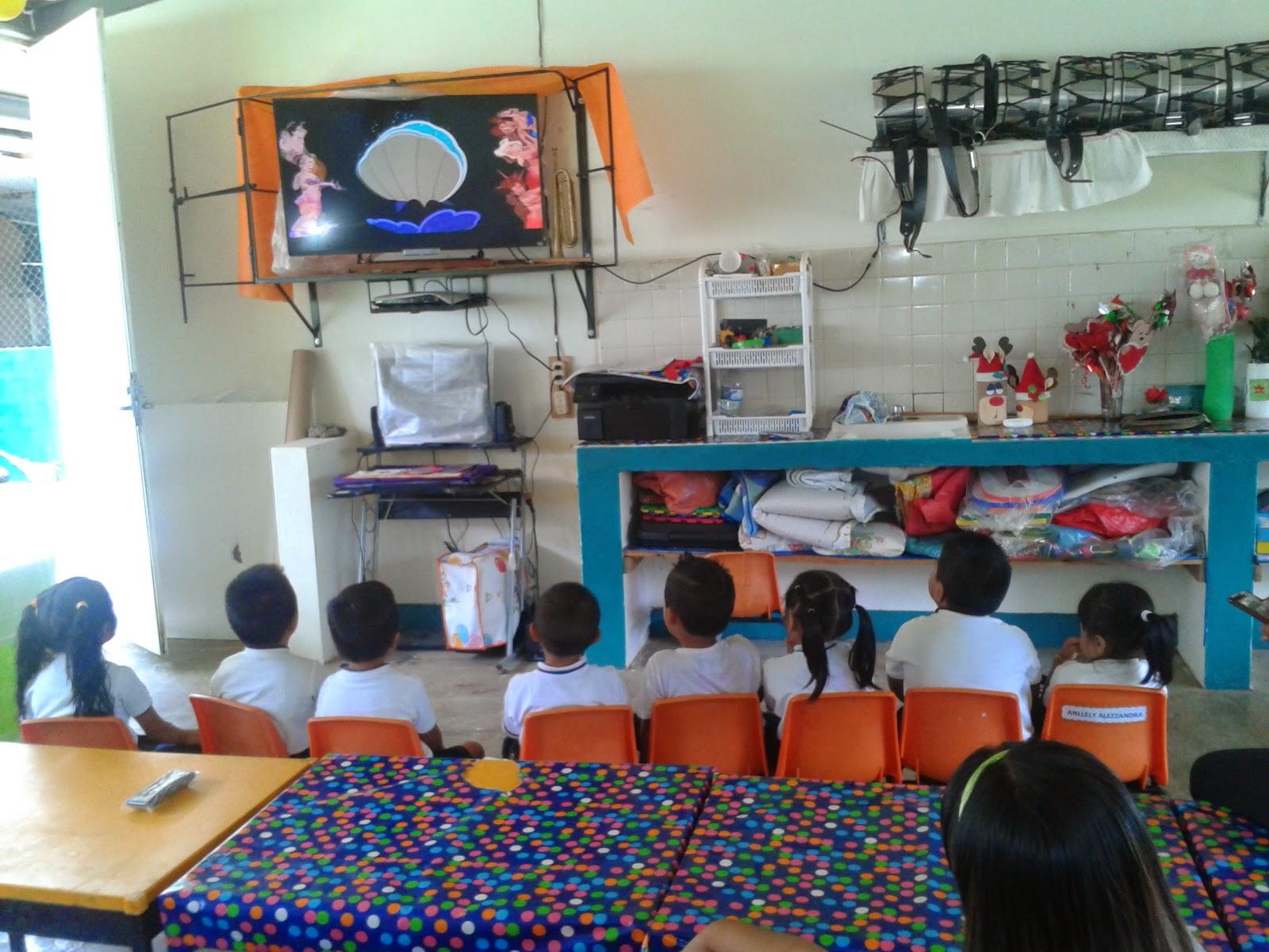 Resultado de imagen para NIÑOS OBSERVANDO PELICULA EN CLASE