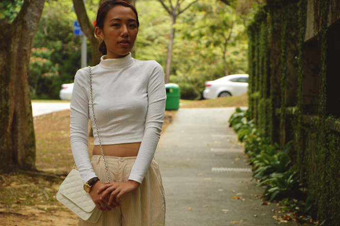 white turtleneck long sleeve cropped top, wide-legged pants, white quilted bag