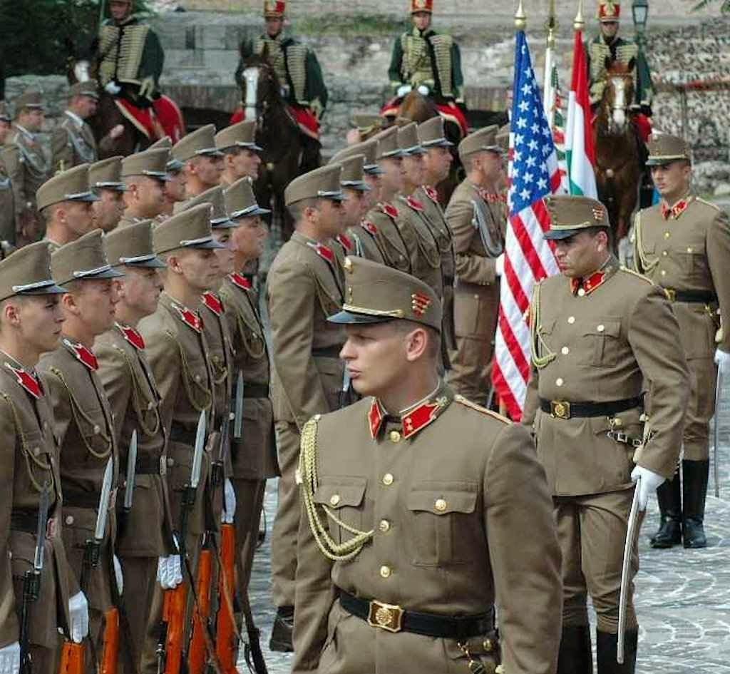 Regimento húngaro em cerimônia de boas-vindas ao presidente dos EUA