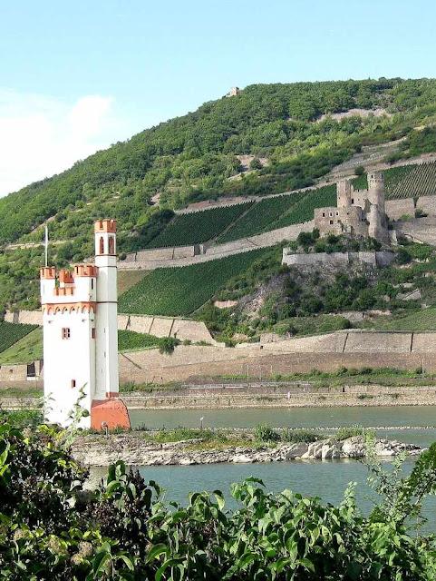 A Torre dos Ratos, posto defensivo avançado do castelo de Ehrenfels, em ruínas no alto